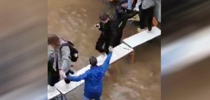Κακοκαιρία – Νέα Φιλαδέλφεια: Μαθητές έφτιαξαν… γέφυρα με θρανία για να βγουν από πλημμυρισμένες τάξεις