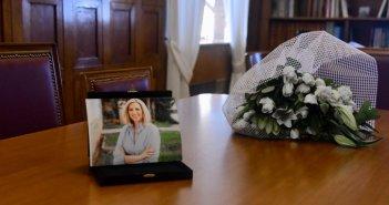 Φώφη Γεννηματά: Πλημμύρισε λουλούδια το γραφείο της στην Βουλή – Μεσίστιες οι σημαίες την Τετάρτη