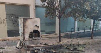 """Αγρίνιο: """"Πυρπόλησαν"""" κάδους σε τρεις διαφορετικές περιοχές τα ξημερώματα  – Μεγάλες ζημιές σε καφάο του ΟΤΕ (εικόνες)"""