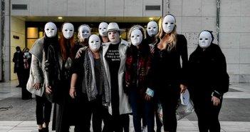 Επίθεση με βιτριόλι: Φίλες της Ιωάννας φόρεσαν μάσκες – «Να βρουν ελπίδα στο πρόσωπό μου όλα τα θύματα βίας»